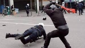 AntifascistesTapantAvc barre sur policeBon