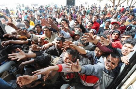 foule-migrants-tend-main
